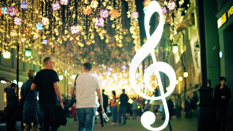 Folla vaga su una bella via pedonale illuminata nella sera fotografie stock libere da diritti