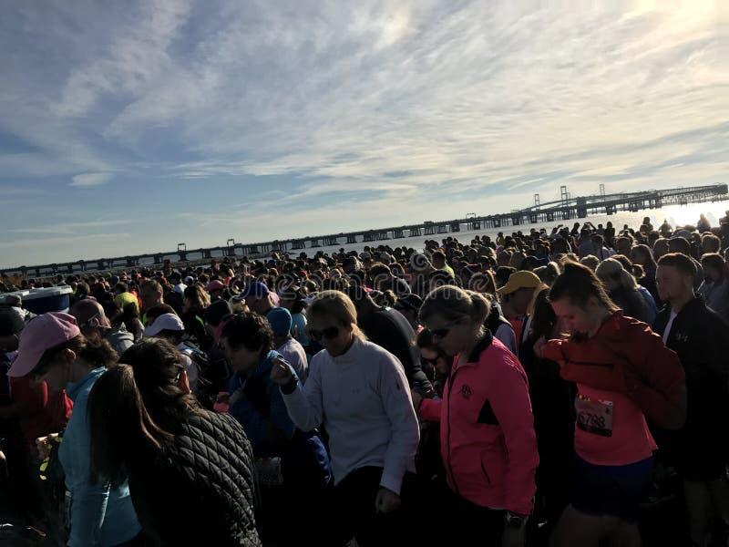 Folla vicino al ponte immagini stock