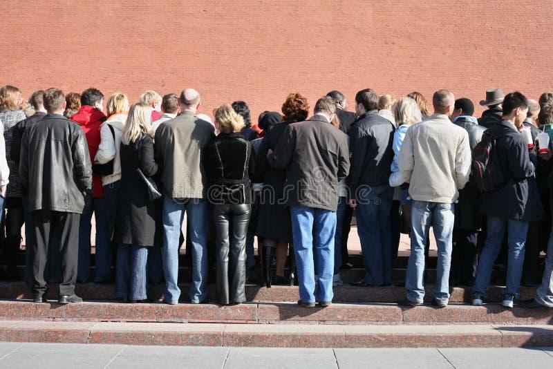 Folla vicino alla parete del kremlin fotografia stock
