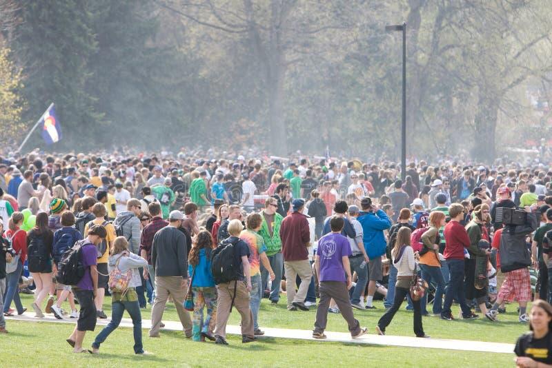 Folla voluminosa il giorno 420 fotografia stock