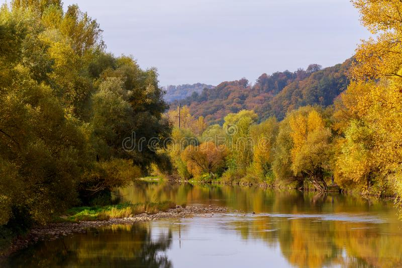 Follaje colorido del otoño sobre el lago con bosque hermoso en color rojo y amarillo foto de archivo libre de regalías