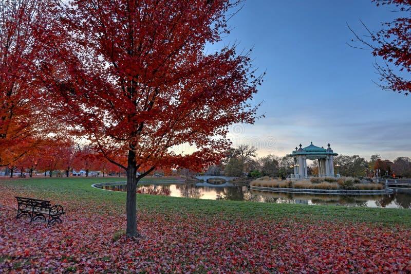 Follaje de otoño alrededor del estrado de la orquesta de Forest Park en St. Louis, Missouri fotos de archivo libres de regalías