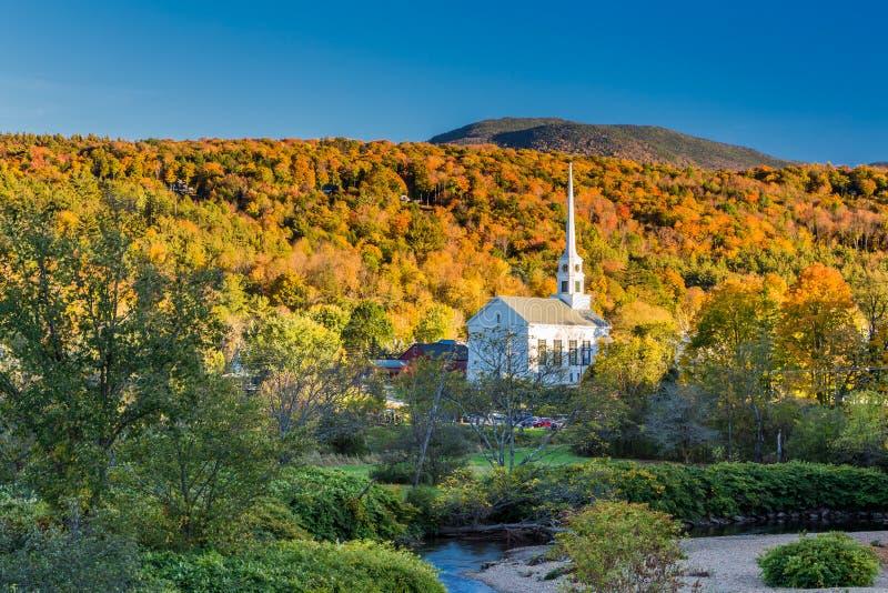 Follaje de otoño de Vermont y la iglesia de la comunidad de Stowe imagen de archivo libre de regalías