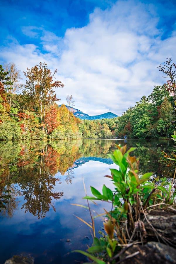Follaje de otoño del sur de Carolina Autumn Sunrise Landscape Table Rock imagenes de archivo