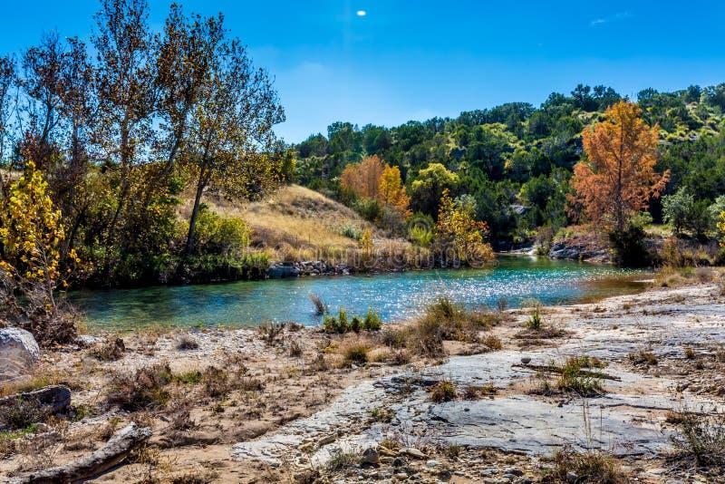 Follaje de otoño en Crystal Clear Creek en Tejas imagenes de archivo