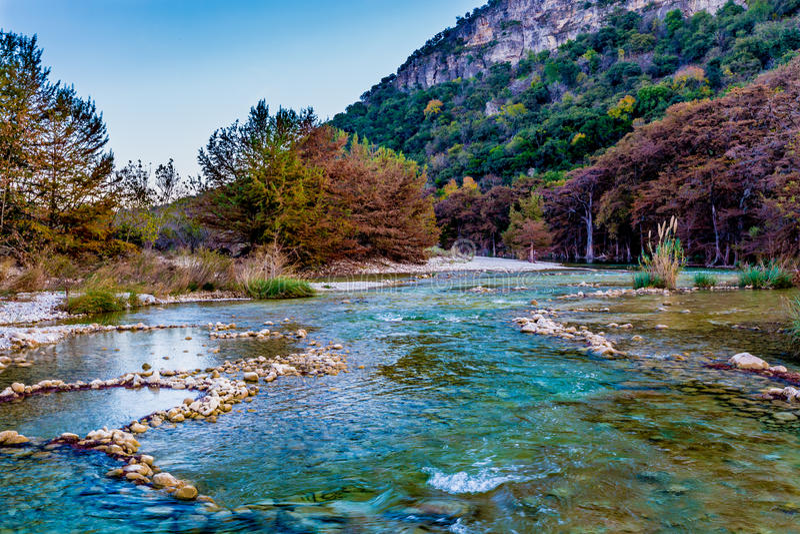Follaje de otoño en el río cristalino de Frio en Tejas fotos de archivo