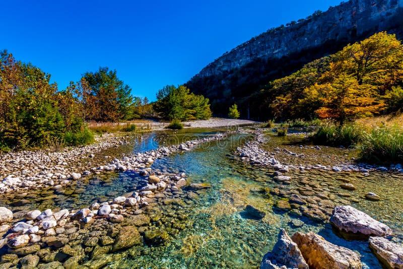 Follaje de otoño hermoso brillante en Crystal Clear Frio River en Tejas foto de archivo