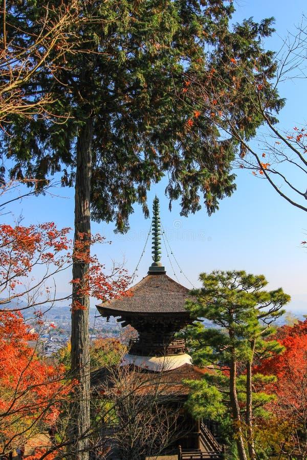 Follaje de otoño y la pagoda en el templo de Jojakko-ji fotos de archivo libres de regalías