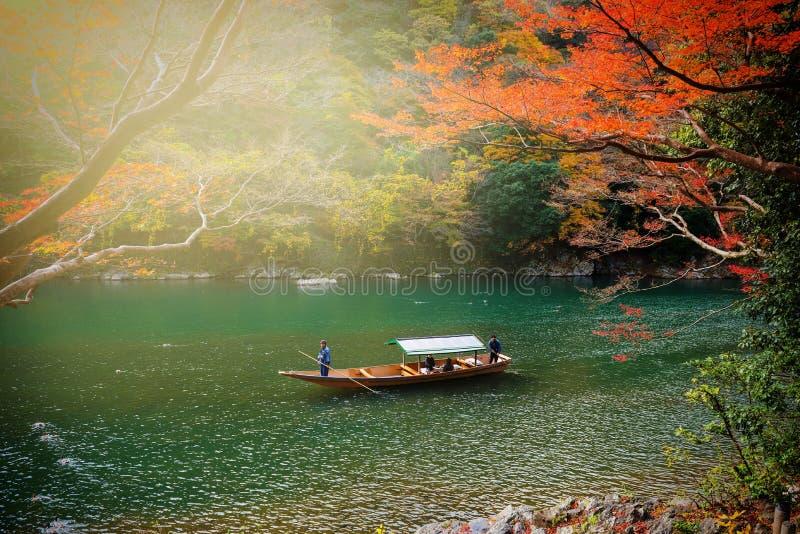 Follaje del otoño en el río de Hozu, Arashiyama foto de archivo