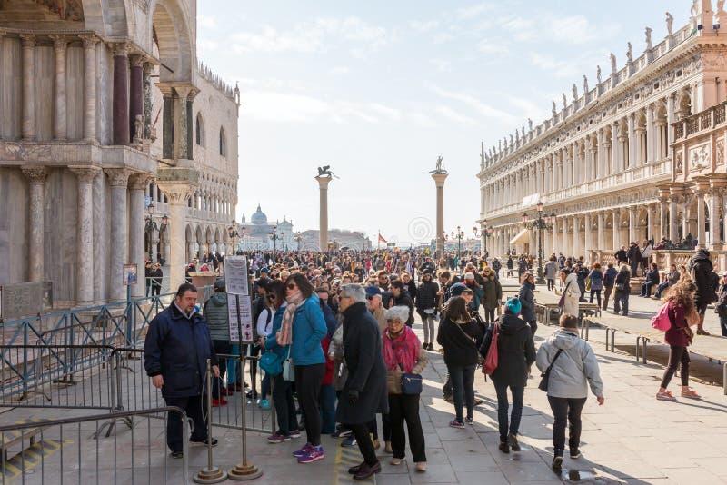 Folle dei turisti al quadrato di San Marco a Venezia, Italia immagini stock