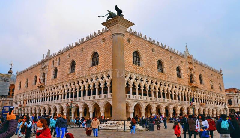 Folle dei turisti che esplorano il quadrato di San Marco St Mark della piazza con il palazzo del doge a Venezia, Italia fotografia stock