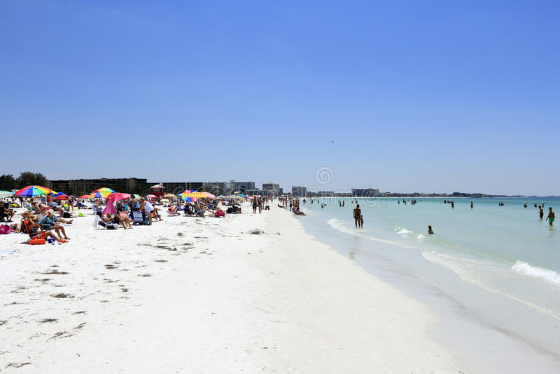 Folle della gente alla spiaggia di siesta fotografia - Alla colorazione della spiaggia ...