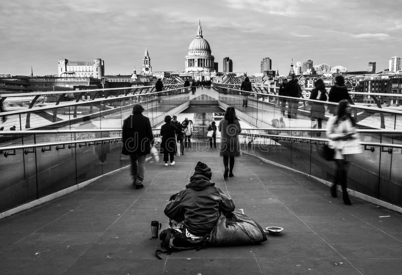 Folle della gente sul ponte di millennio, Londra fotografia stock libera da diritti