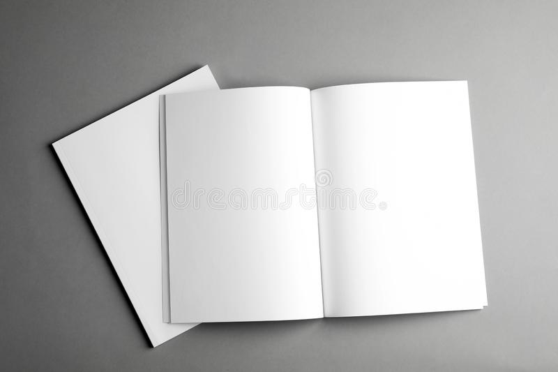 Folletos en blanco abiertos y cerrados sobre la visión gris, superior Mofa para arriba para el diseño imagen de archivo