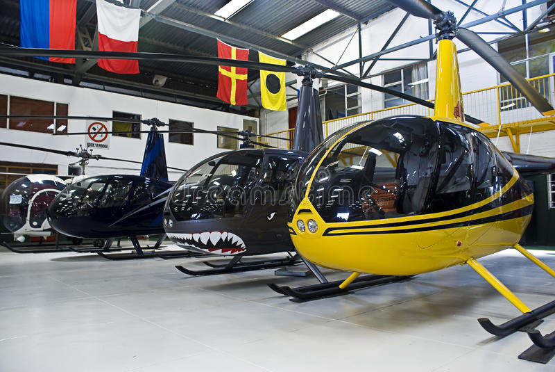 folował hangaru helikopter r44 Robinson zdjęcie royalty free