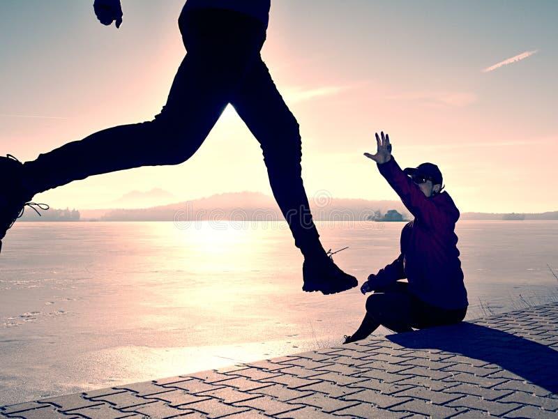 Folowing laufender Mann der Frau am Seestrand Team von L?ufern lizenzfreies stockfoto
