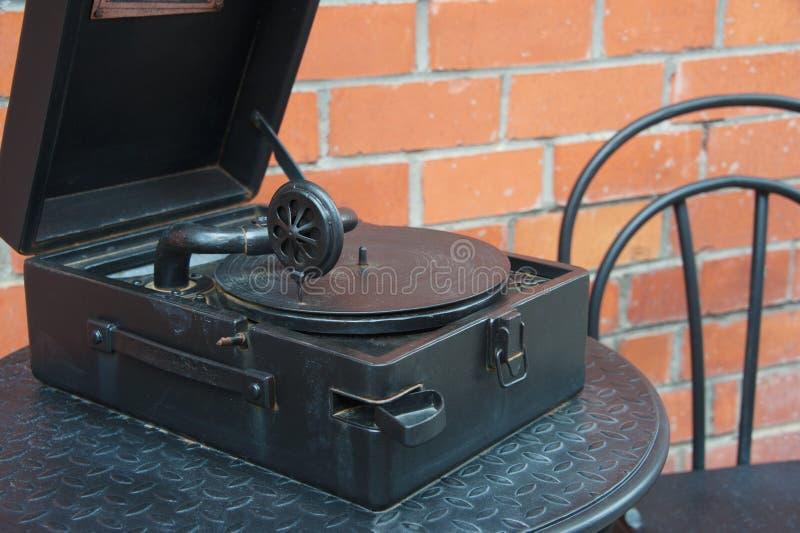 Fonógrafo viejo del gramófono del jugador de disco de vinilo del metal del vintage imagen de archivo libre de regalías