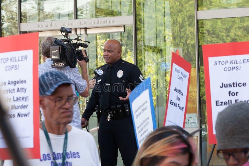 Fonctionnaire de LAPD interviewé par des actualités de TV images libres de droits