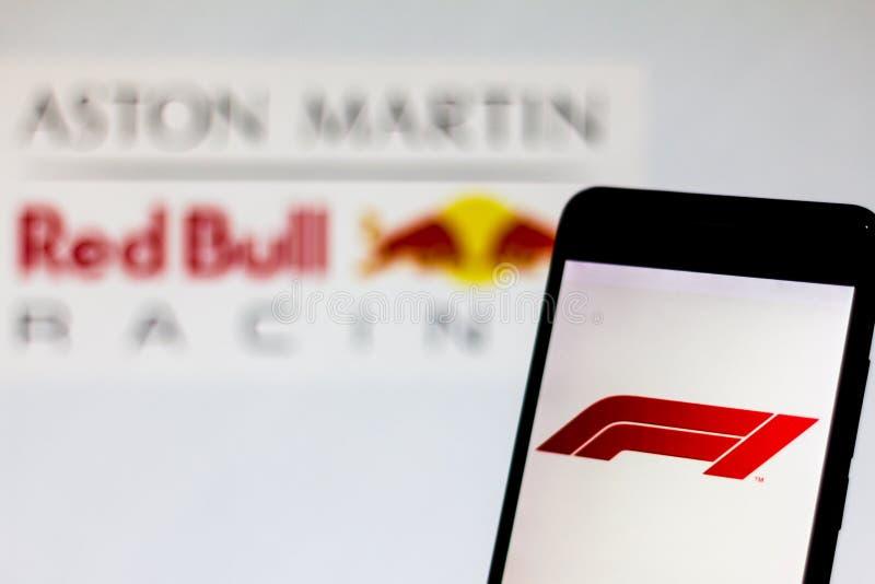 Fonctionnaire F1 FIA Formula 1 logo sur l'écran de périphérique mobile Logo de l'équipe d'Aston Martin Red Bull Racing à l'arrièr photographie stock