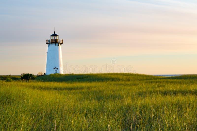 Fonctionnant toujours, le phare d'Edgartown dans la lumière de matin images stock
