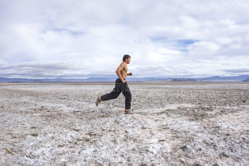Fonctionnement à travers un désert blanc photos stock