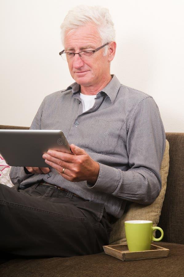 Fonctionnement aîné sur un PC de tablette image stock