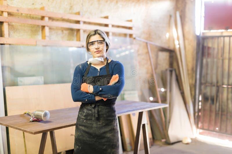 Fonctionnement attrayant de femme en tant que charpentier photographie stock libre de droits
