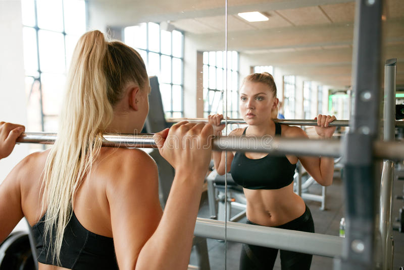Fonctionnement au centre de fitness photographie stock