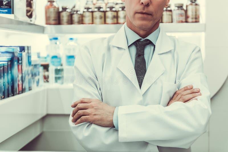 Fonctionnement beau de pharmacien image stock