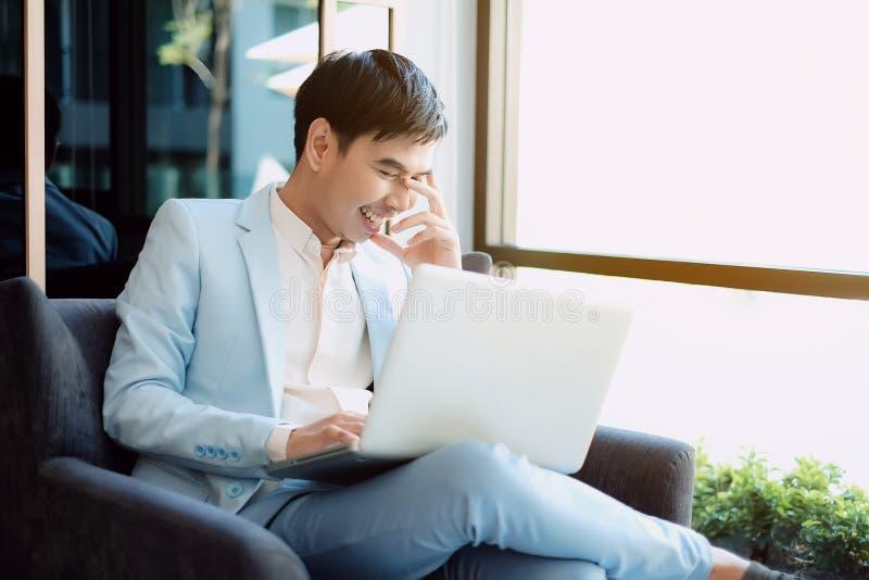 fonctionnement blanc d'ordinateur portatif de portable d'homme d'affaires de fond photographie stock libre de droits