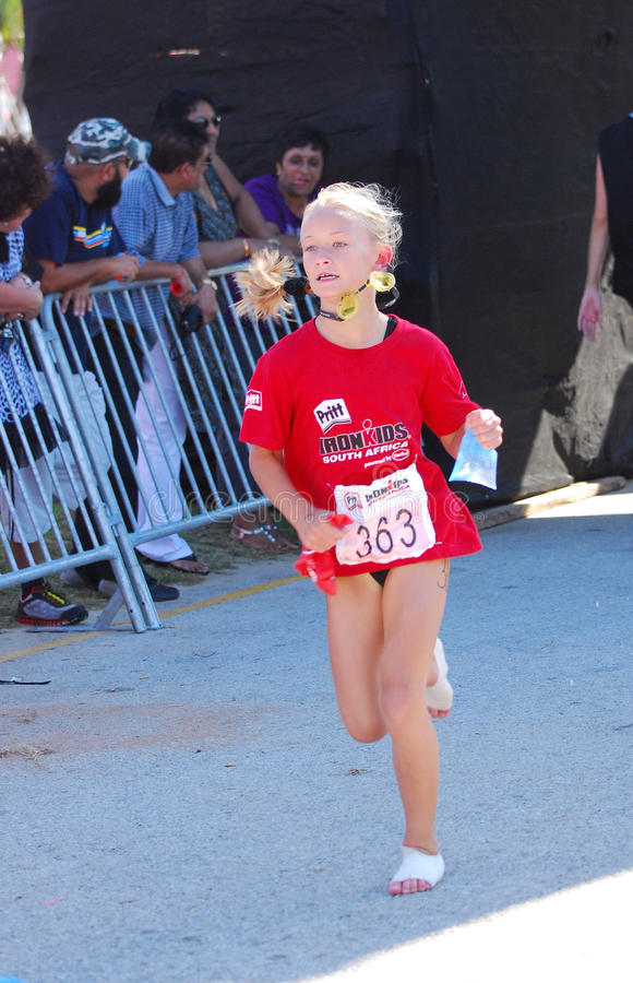 Fonctionnement d'athlète de petite fille image libre de droits