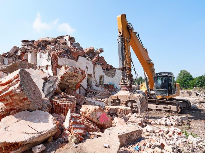 Fonctionnement d'excavatrice en blocaille Vieille vue de construction de ruines photo libre de droits