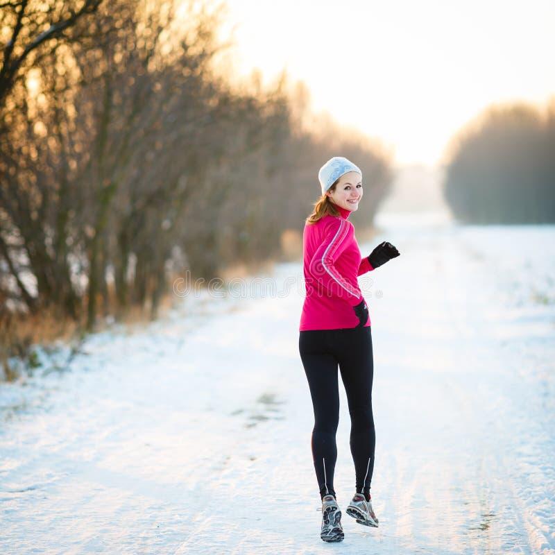Fonctionnement d'hiver - jeune femme courant dehors photo libre de droits