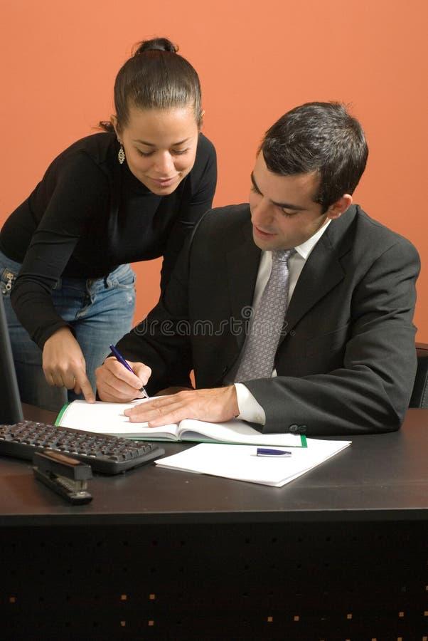 Fonctionnement d'homme d'affaires et de femme. Vertical photographie stock