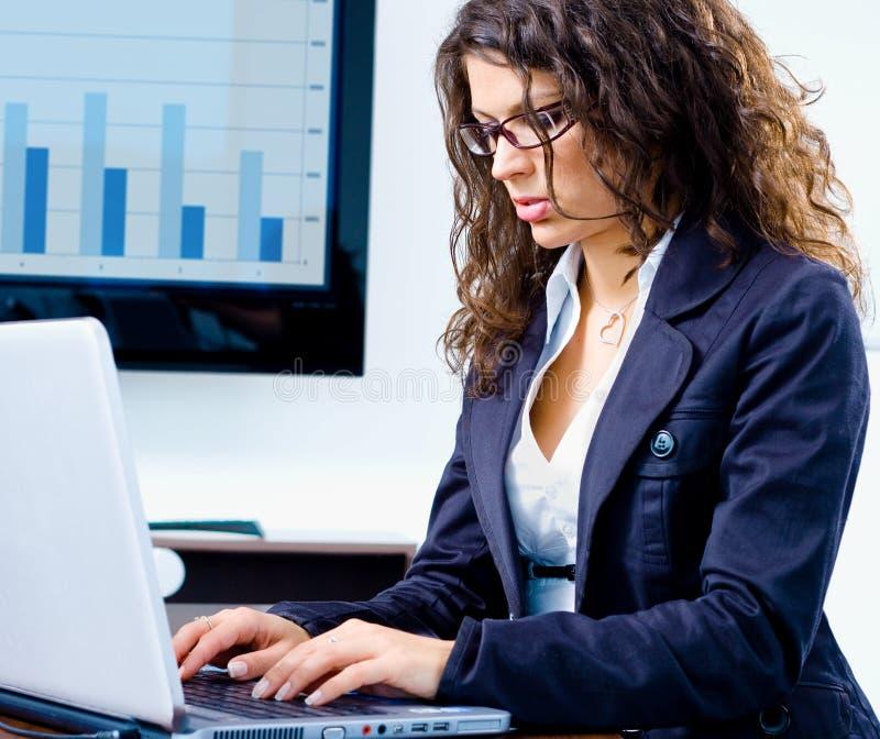 fonctionnement d'ordinateur de femme d'affaires photos stock