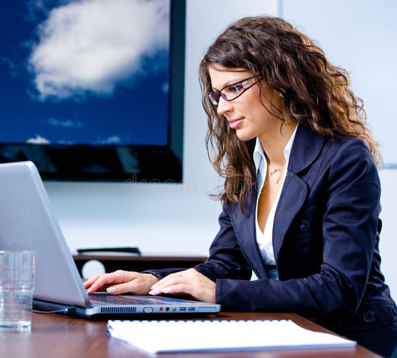 fonctionnement d'ordinateur de femme d'affaires images libres de droits