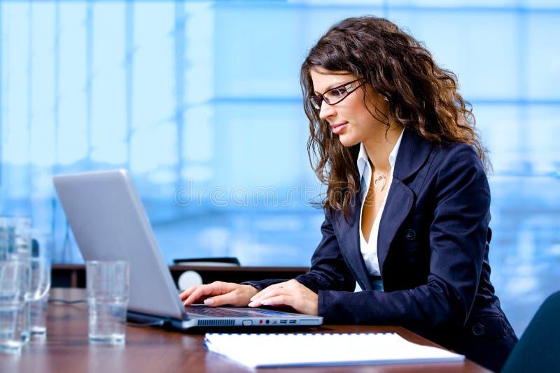 fonctionnement d'ordinateur de femme d'affaires photo stock