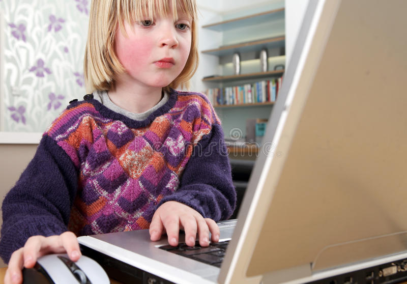 Fonctionnement d'ordinateur portatif d'enfant photo stock