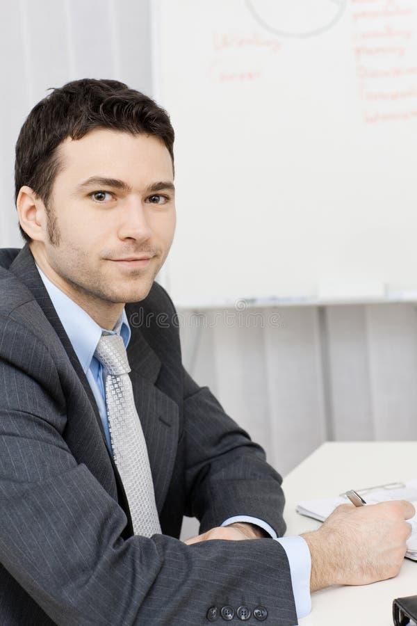 fonctionnement de bureau d'homme d'affaires image stock