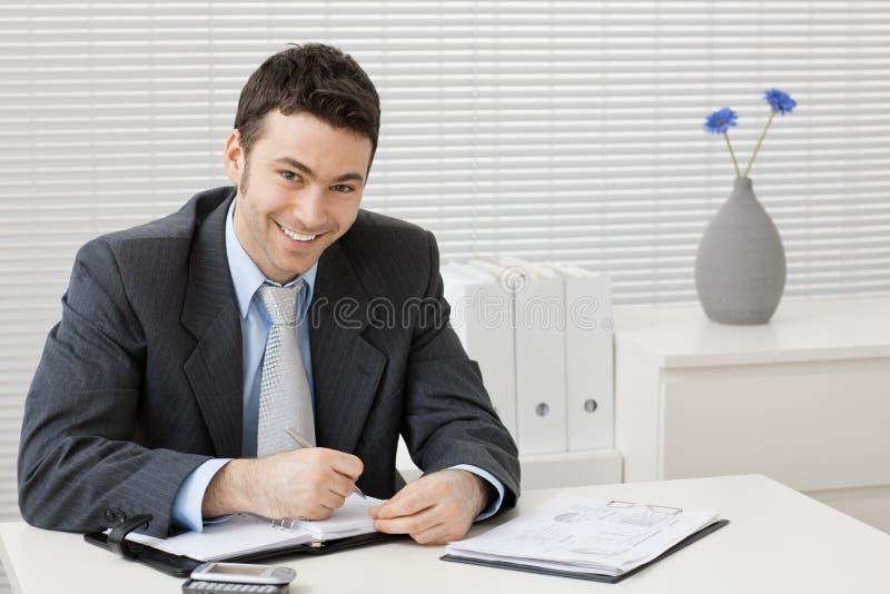 fonctionnement de bureau d'homme d'affaires photo stock