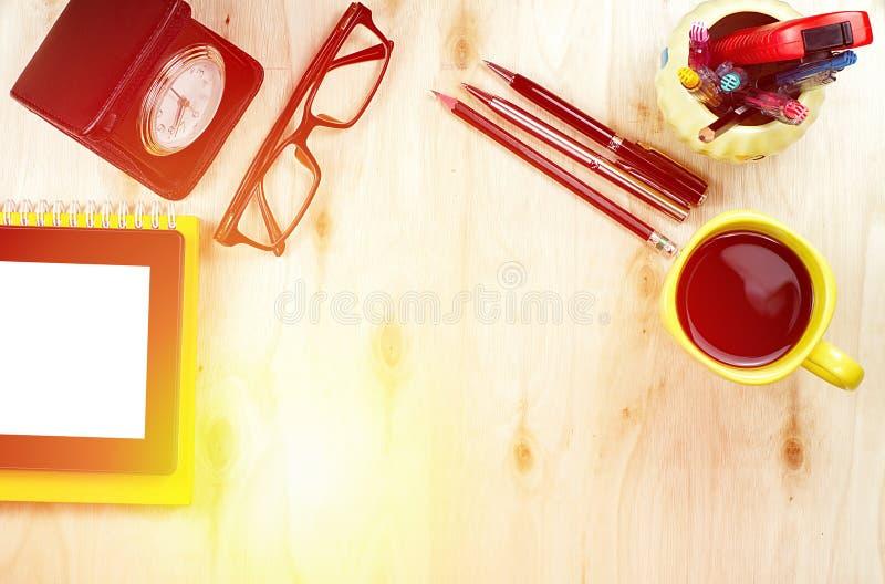 Fonctionnement de bureau et comprimé, fourniture de bureau avec la tasse de café dans le concept fonctionnant de matin images stock