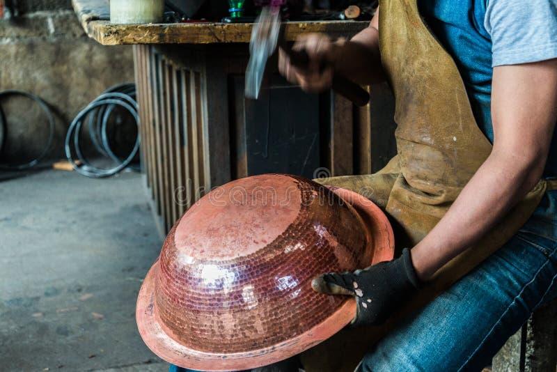 Fonctionnement de chaudronnier de cuivre photographie stock libre de droits