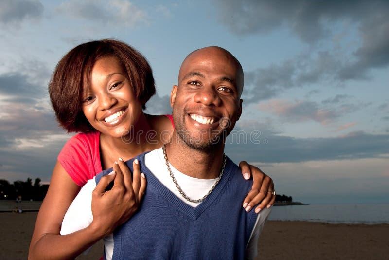 fonctionnement de couples de plage images stock
