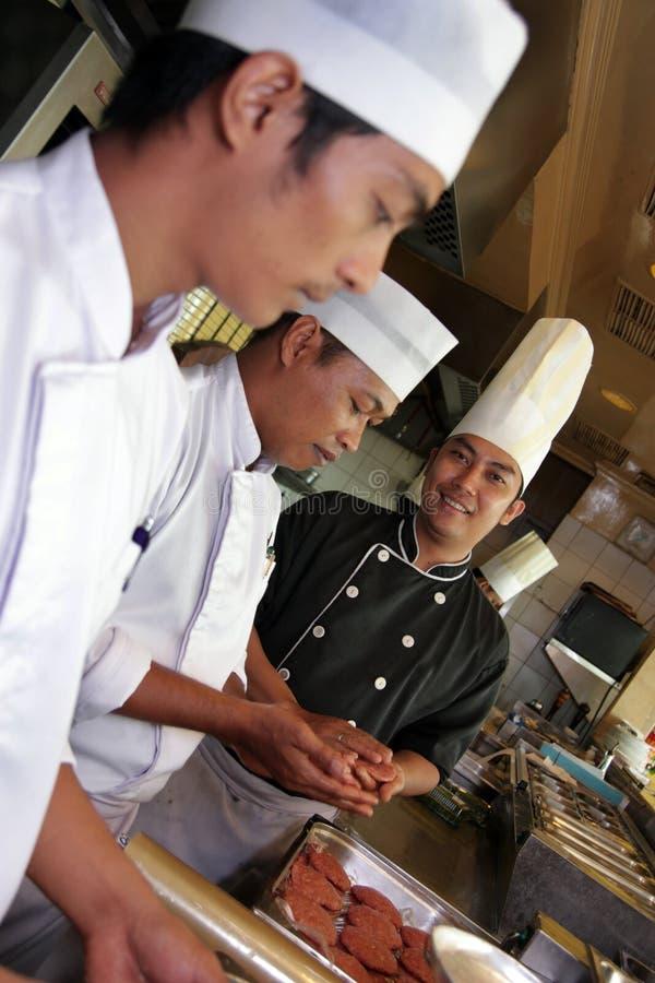 Fonctionnement De Cuisine De Chef Photographie stock libre de droits