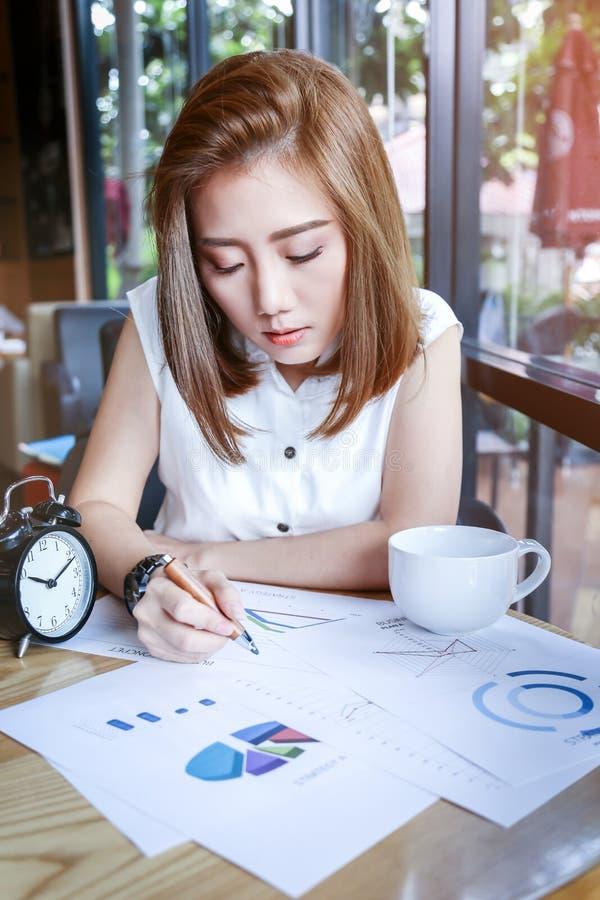 Fonctionnement de femme d'affaires de Beautyful Asie image libre de droits