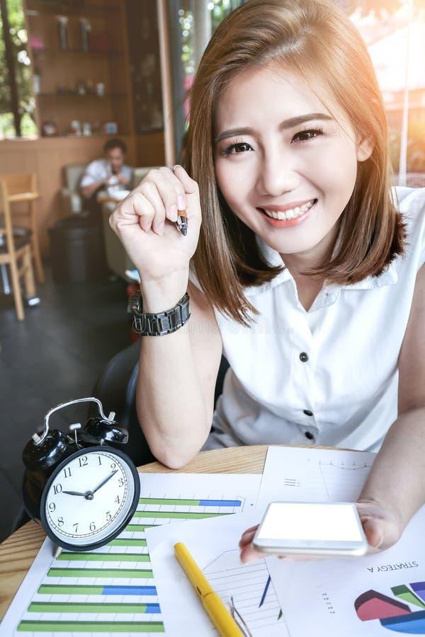 Fonctionnement de femme d'affaires de Beautyful Asie photographie stock