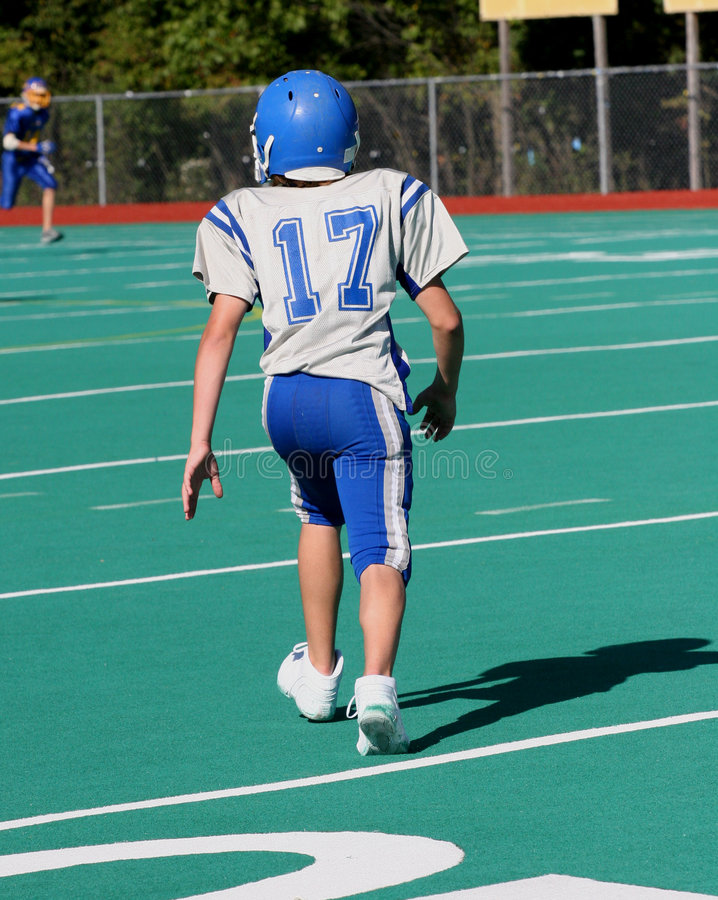 Fonctionnement de l'adolescence de joueur de football de la jeunesse photos stock