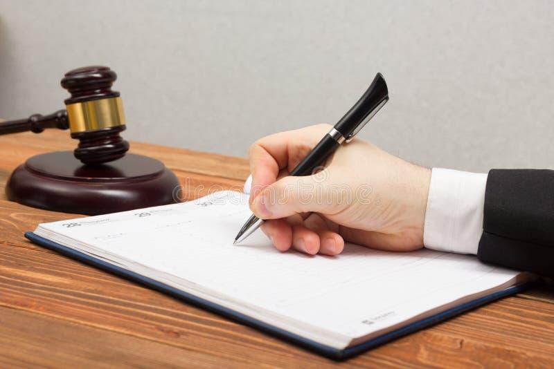 Fonctionnement de Lawyew Document de signature de notaire sur son lieu de travail image stock