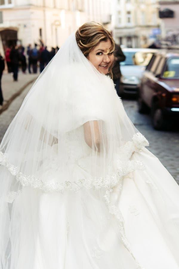 Fonctionnement de luxe heureux de jeune mariée et marié élégant ayant l'émotion d'amusement photo libre de droits