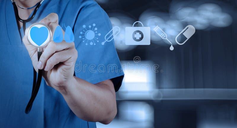 Fonctionnement de main de docteur de médecine images libres de droits
